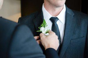 דואגים גם לשושבין: אאוטפיטים קלילים וספורטיביים למלווה של החתן